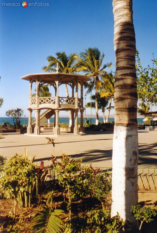 Plaza a la orilla del mar