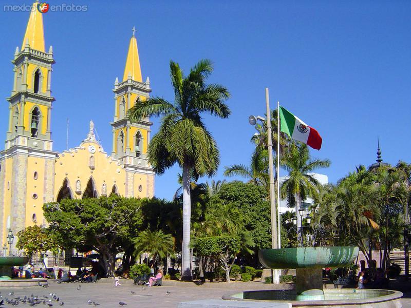 Plaza de Armas y Catedral de Mazatlán