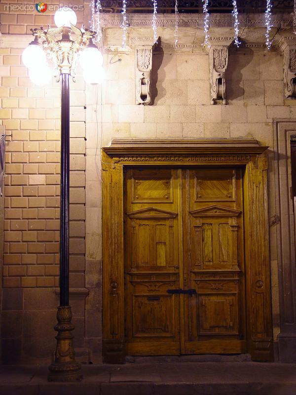 Puerta y farol