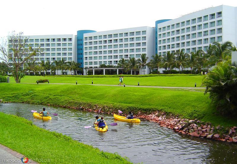 Hotel y arroyo