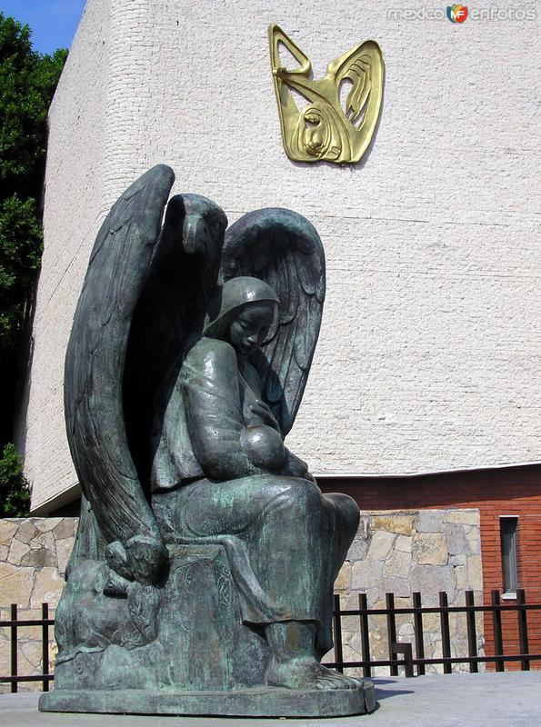 Fotos de Monterrey, Nuevo Le�n, M�xico: Hospital de Ginecolog�a: Monumento del Seguro Social