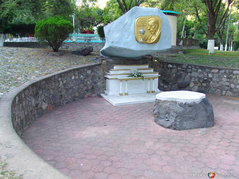 Monumento y altar al padre Ausencio Plascencia