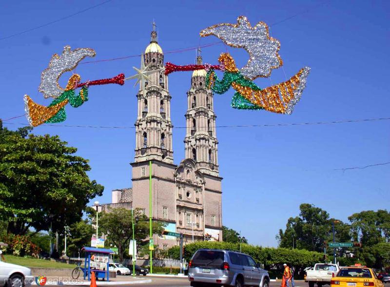 Catedral de Villahermosa y adornos navideños