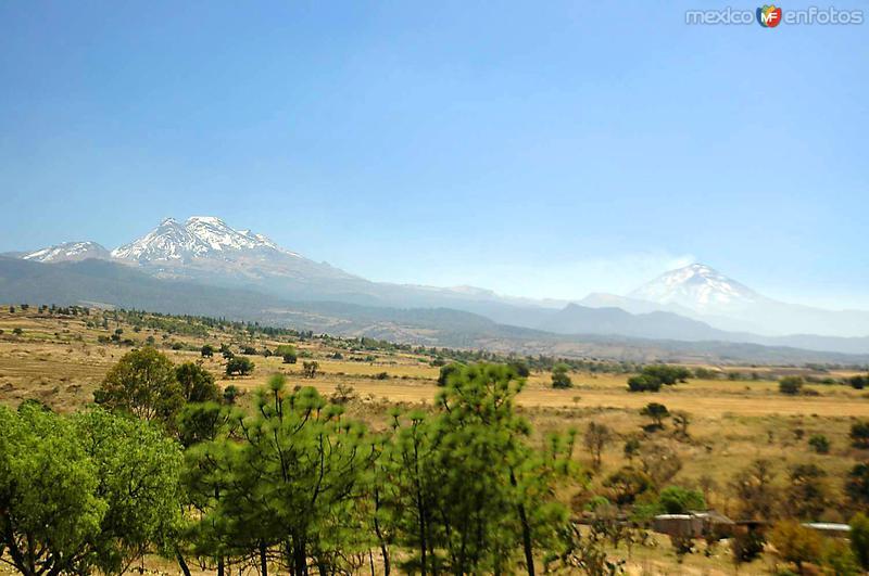 Volcanes Iztaccíhuatl (izq) y Popocatépetl (der)