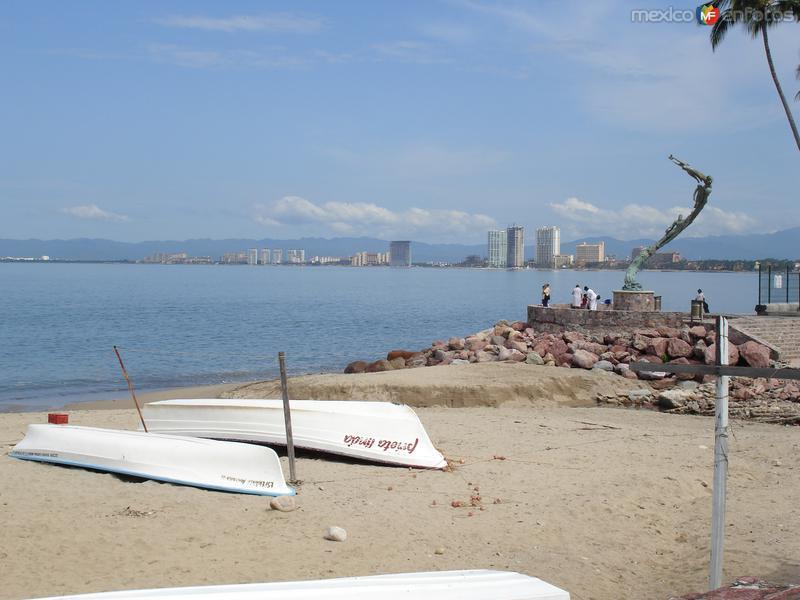 Malecón, al fondo escultura El Milenio