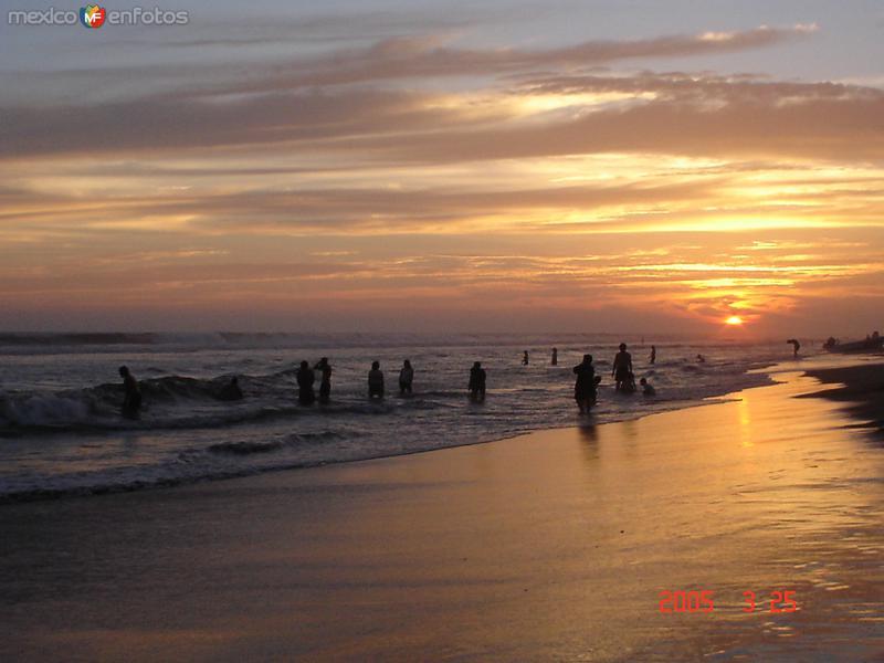 crepusculo en playa azul
