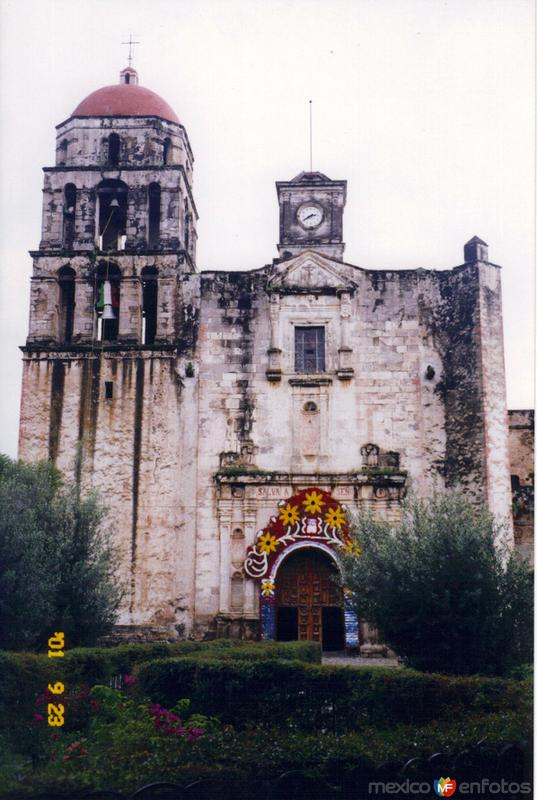 Portada plateresca del Ex-convento del siglo XVI. Malinalco, Edo. de México