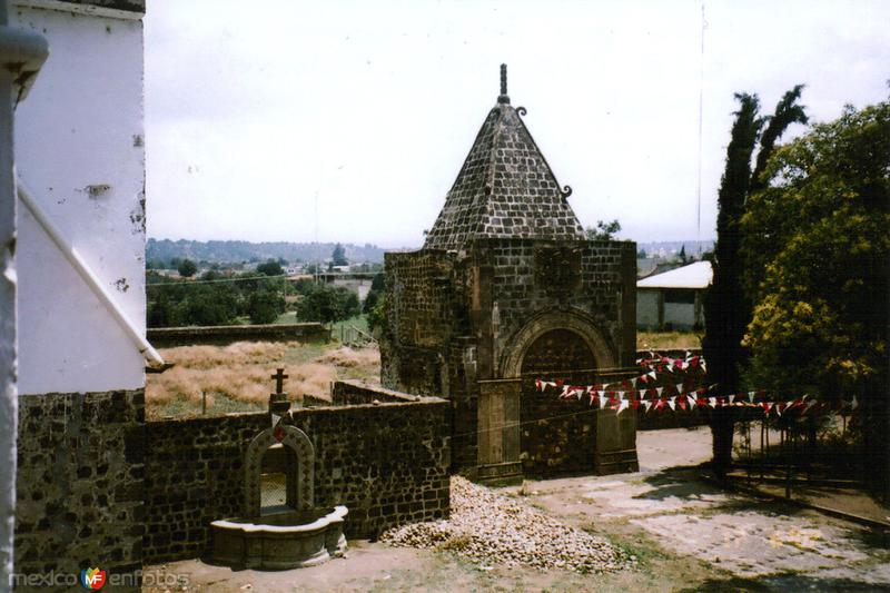 Una las capillas pozas en el atrio del Ex-convento de San Andrés Calpan, Puebla