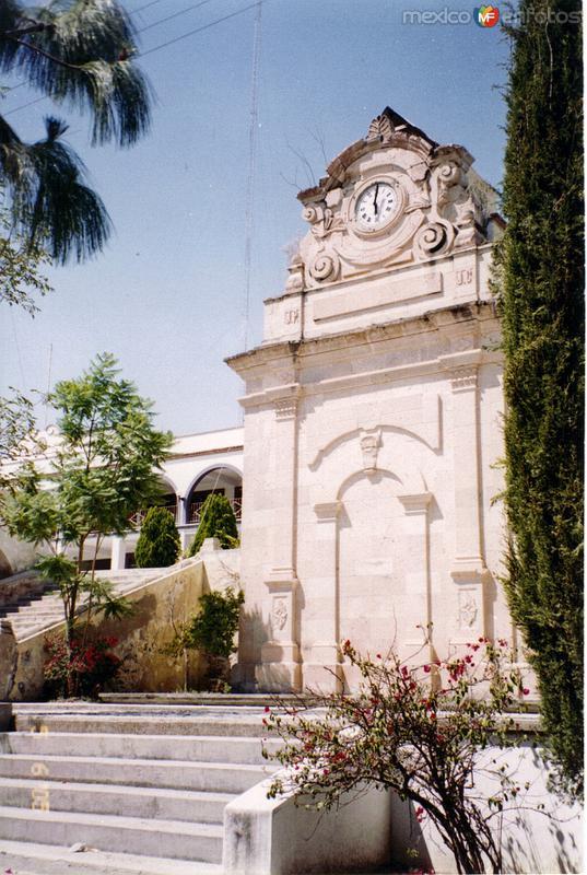 Reloj colonial en el zócalo de San Juán Bautista Coixtlahuaca, Oaxaca