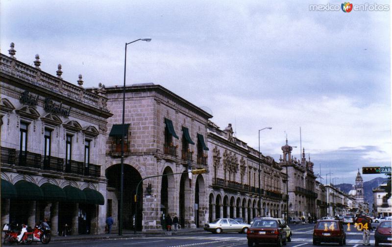 Portales sobre la Av. Francisco I. Madero. Morelia, Michoacán