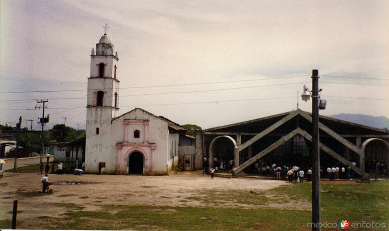 Parroquia antigüa y moderna del lado derecho. Tenango de las Flores, Puebla