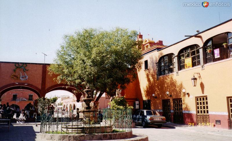 Fuente y portales en el centro de Tequisquiapan, Querétaro