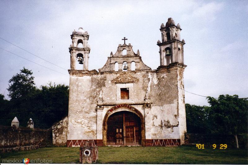 Atrio y capilla de Santiago de estilo barroco, siglo XVI. Tlayacapan, Morelos