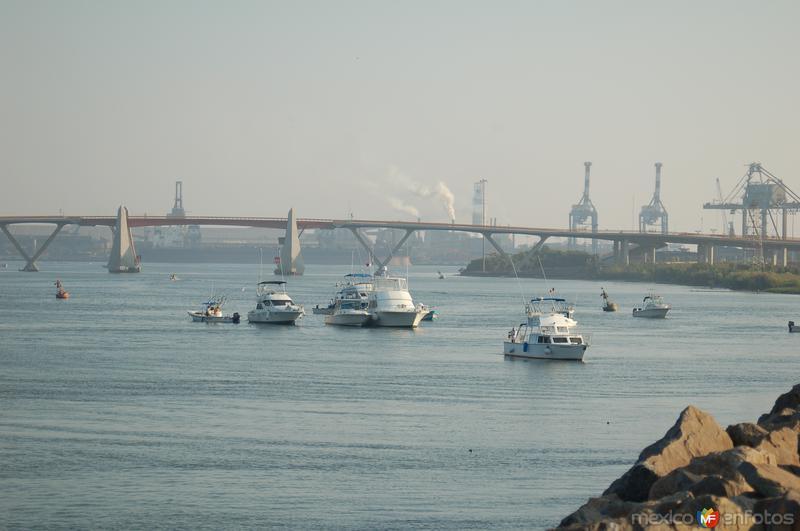 vista de la desembocadura del puerto indutrial