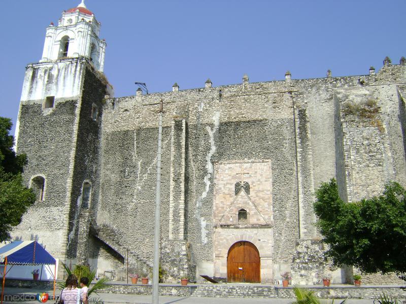 Vista lateral del ex-convento tipo fortaleza del siglo XVI. Tlaquiltenango, Morelos.