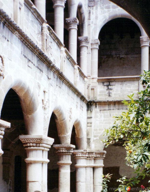 Arcos del primer claustro del ex-convento de Acolman, México. 2004