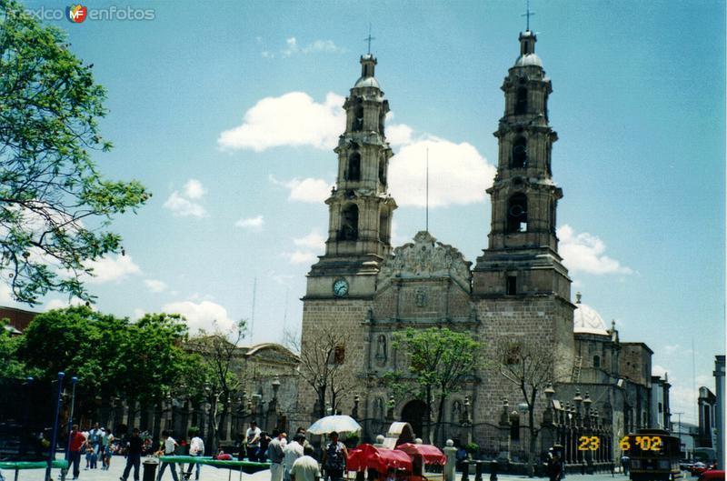 Catedral y a la izquierda el teatro Morelos. Aguascalientes, Aguascalientes. 2002