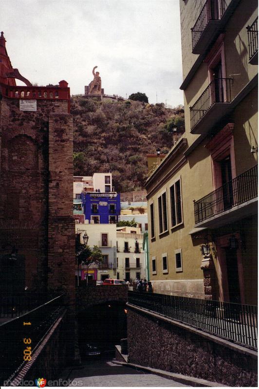 """Calle subterranea y al fondo el monumento al """"Pipila"""". Guanajuato, Gto. 2003"""