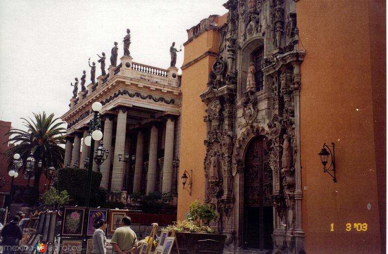 Templo de San Diego (siglo XVIII) y teatro Juárez. Guanajuato. 2003