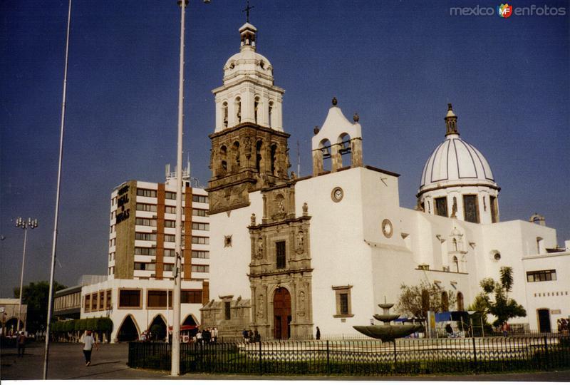 Catedral de Nuestra Señora de la Soledad, de estilo barroco(siglo XVII). Irapuato, Gto. 2001