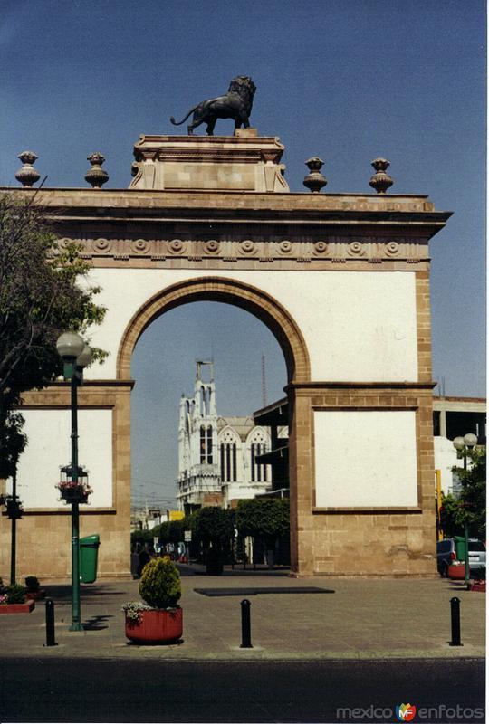 Arco triunfal y el templo Expiatorio. León de los Aldamas, Gto. 2005