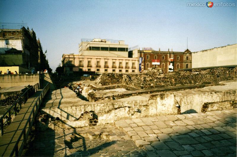 Ruinas del Templo Mayor y al fondo el antigüo Colegio de San Ildefonso. 1989