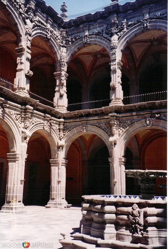 Fuente y claustro del ex-convento de San Agustín (Siglo XVIII). Querétaro. 2005