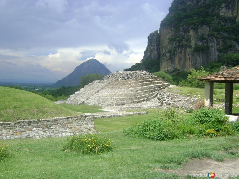 Basamento piramidal. Zona arqueológica de Chalcatzingo. Agosto/2011