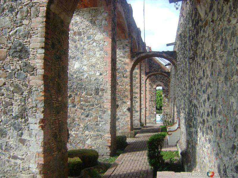 Acueducto y contrafuertes. Ex-hacienda de Juriquilla, Querétaro