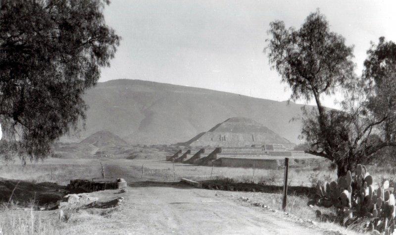 Calzada de los Muertos y Pirámides del Sol (der.) y de la Luna (fondo)