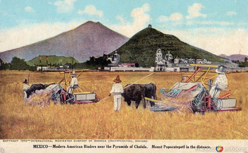 Cocechadoras modernas cerca de las pirámides de Cholula