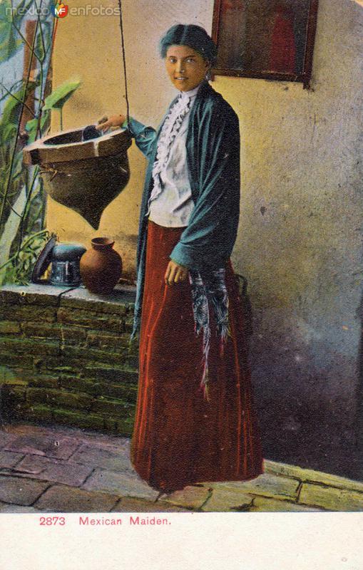 Trabajadora doméstica colando leche