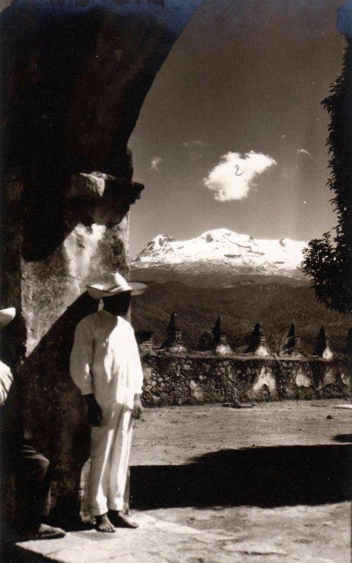 Indígena viendo hacia el volcán Iztaccíhuatl en Amecameca