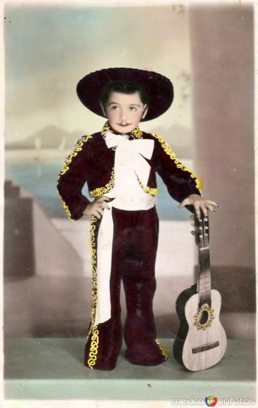 Niño vestido de charro con guitarra