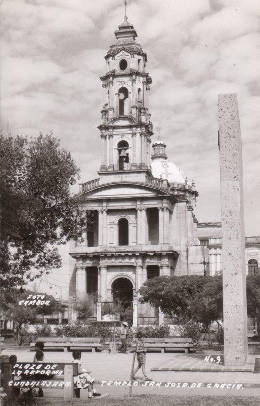 Templo de San José de Gracia frente a la Palza de la Reforma