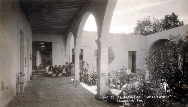 Uno de los patios del Hotel México