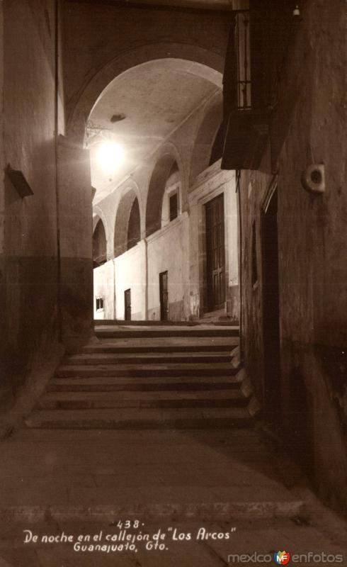De noche en el Callejón de Los Arcos