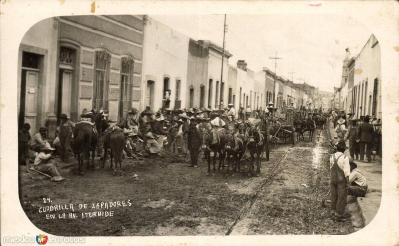 Cuadrilla de zapadores en Avenida Iturbide