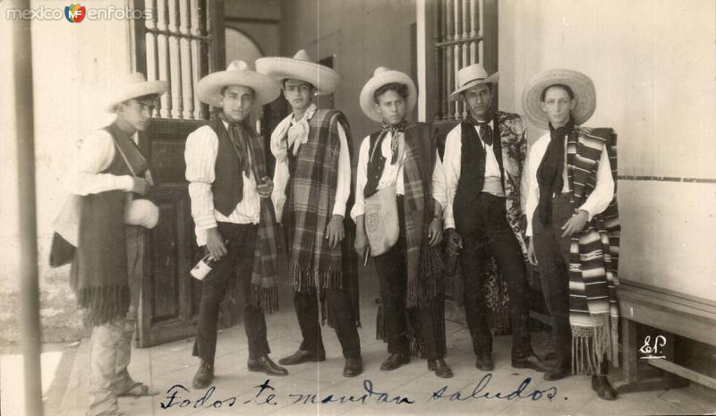 Jóvenes en traje de campesino