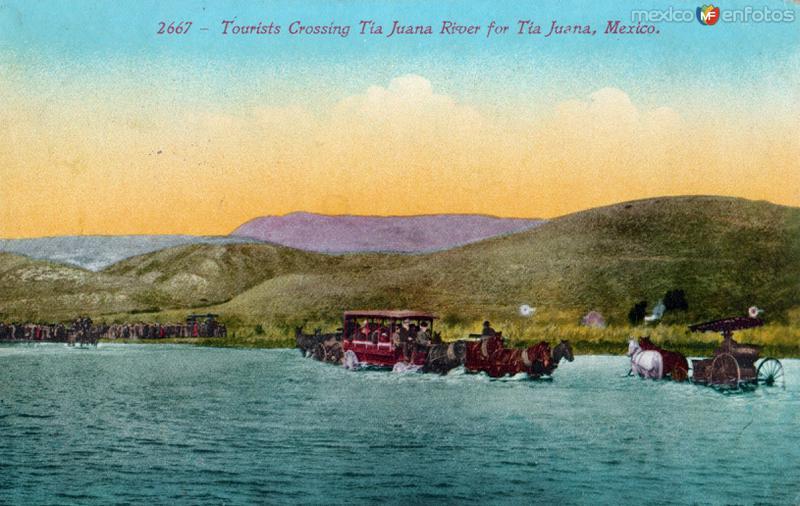 Turistas cruzando el Río Tijuana