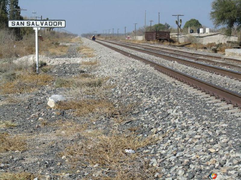 Fotos de El Salvador, Zacatecas, M�xico: vias del ferrocaril mirando hacia el norte