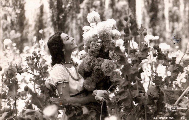 Mujer con flores en Xochimilco