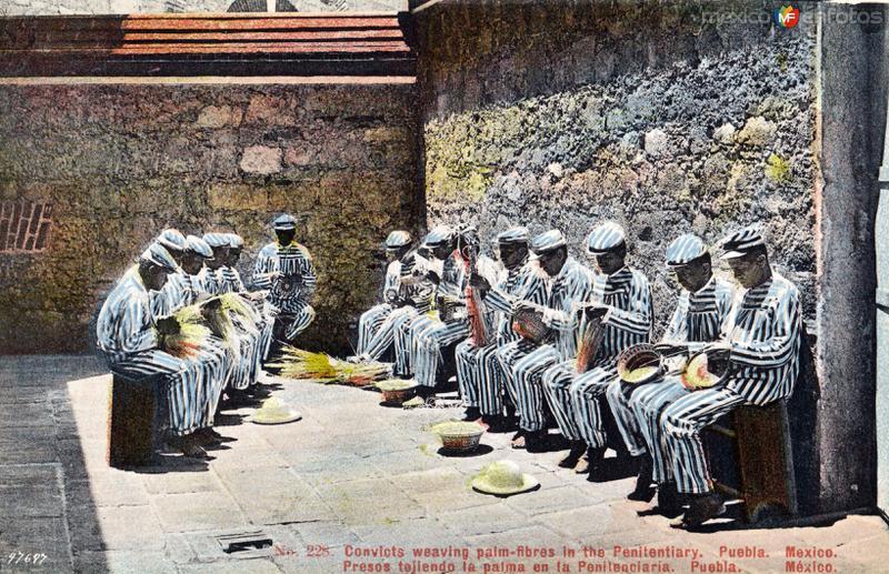 Presos tejiendo con ixtle en la Penitenciaría de Puebla