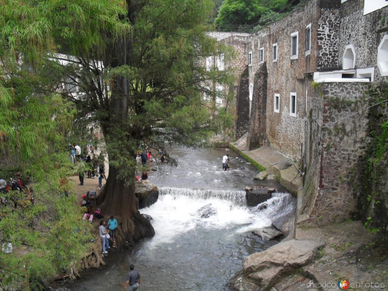 El rio a un costado de la iglesia