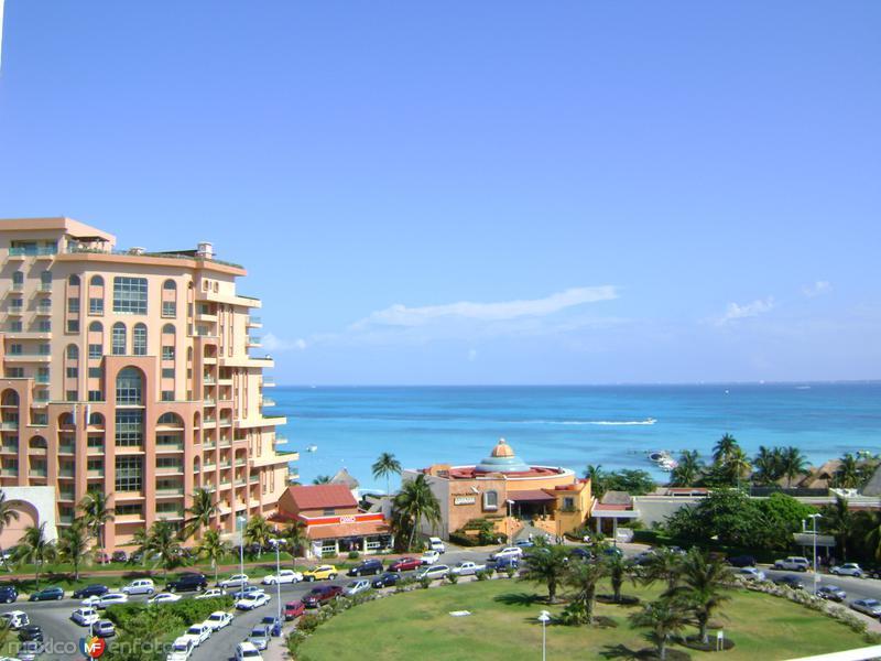Zona hotelera y el mar caribe. Cancún, Quintana Roo. Abril/2012