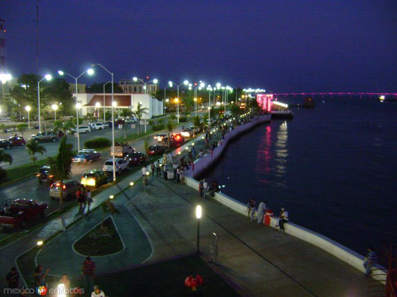 Vista nocturna del malecón de Cd. del Carmen