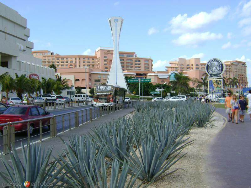 Blvd. Kukulcan en Punta Cancún. Abril/2012