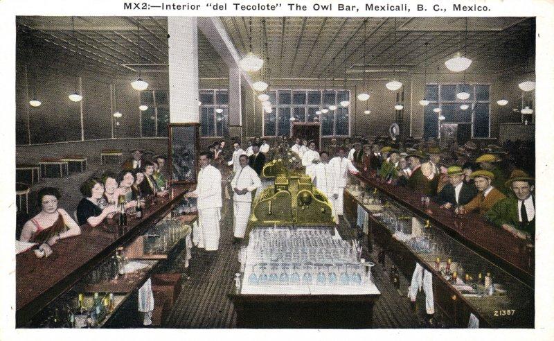 Interior del bar El Tecolote