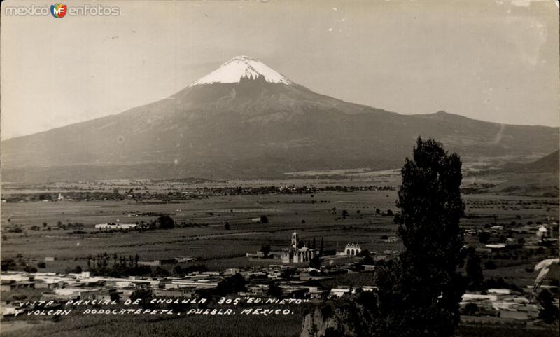 Vista parcial de Cholula y Volcán Popocatépetl