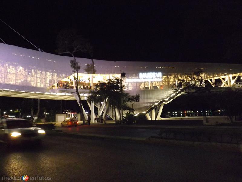 Nocturna del MUSEVI (Museo elevado de Villahermosa). Marzo/2013